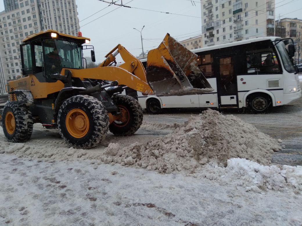 340 спецмашин и 800 рабочих убирают снег в Нижнем Новгороде 5 февраля  - фото 1